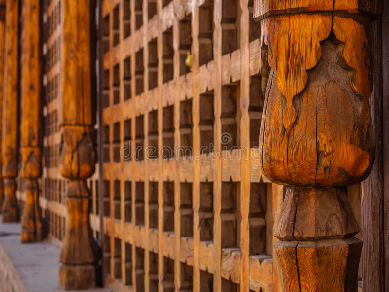 Decoratief gesneden houten rooster op het oude venster in Boukhara, Oezbekistan royalty-vrije stock foto