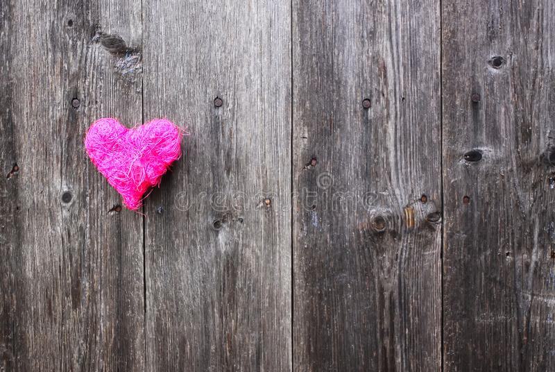 Decoratief hart op houten oude doorstane achtergrond stock afbeelding