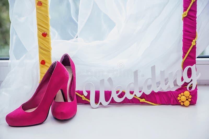 Decoratief kader, de schoenen van vrouwen en het woordhuwelijk stock fotografie