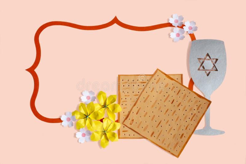 Decoratief kader met matzobrood, wijnglas en bloemen voor Pascha royalty-vrije stock afbeeldingen