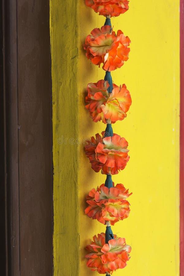 Decoratief kunstbloemkoord met oranjerode bloemen, Indische stijl, voor het vieren of verering royalty-vrije stock foto's