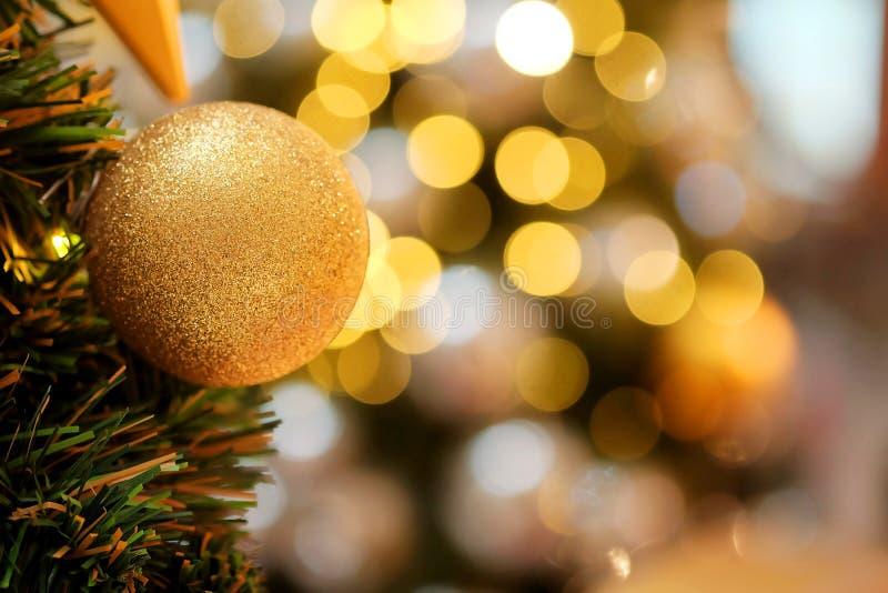 Decoratief met spiegelbal of Kerstmisbal voor vrolijke Kerstmis en gelukkig nieuw jarenfestival met bokehachtergrond stock foto's