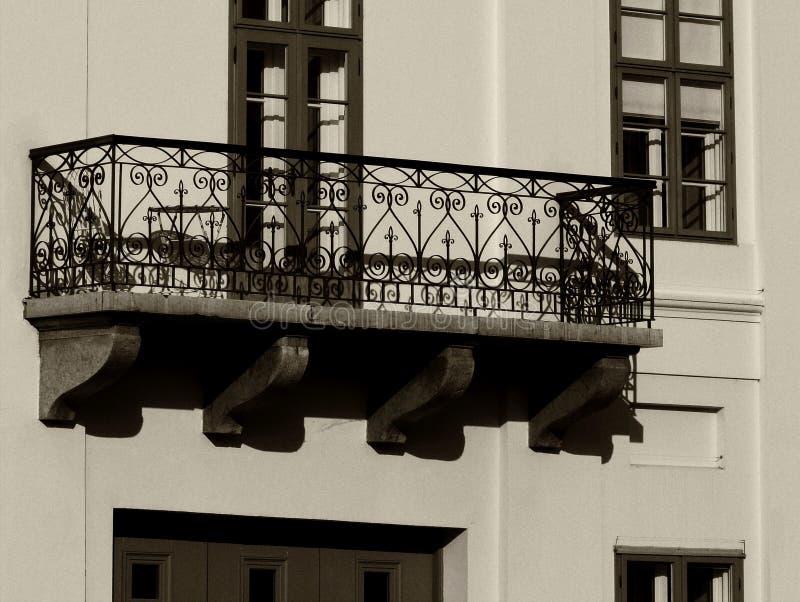 Decoratief oud steenbalkon in lage mening bij de multiniveau klassieke witte bouw stock fotografie