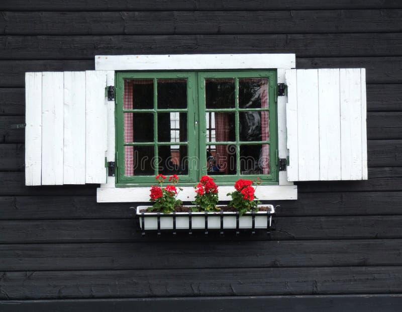 Decoratief venster van houten cabine stock foto