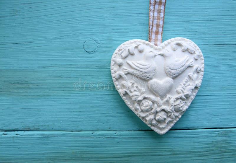 Decoratief wit hart op blauwe houten achtergrond Valentine Heart royalty-vrije stock fotografie