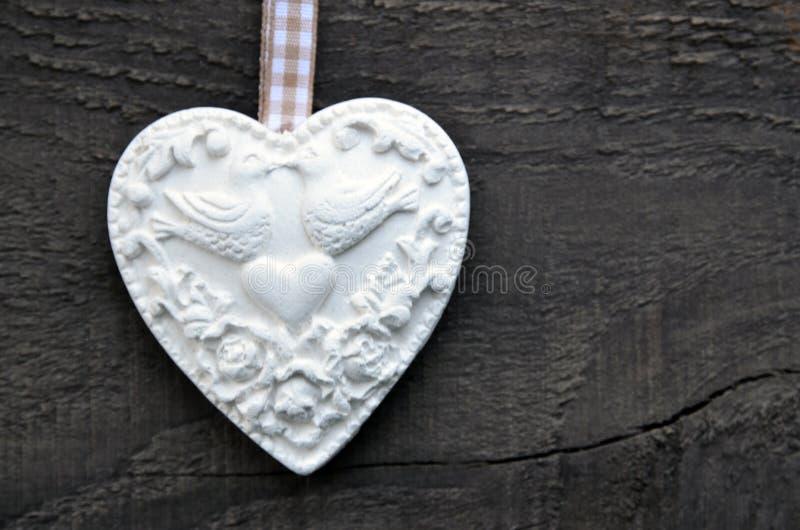 Decoratief wit hart op rustieke houten achtergrond Valentine Heart De dag of de liefdeconcept van Valentine ` s stock fotografie