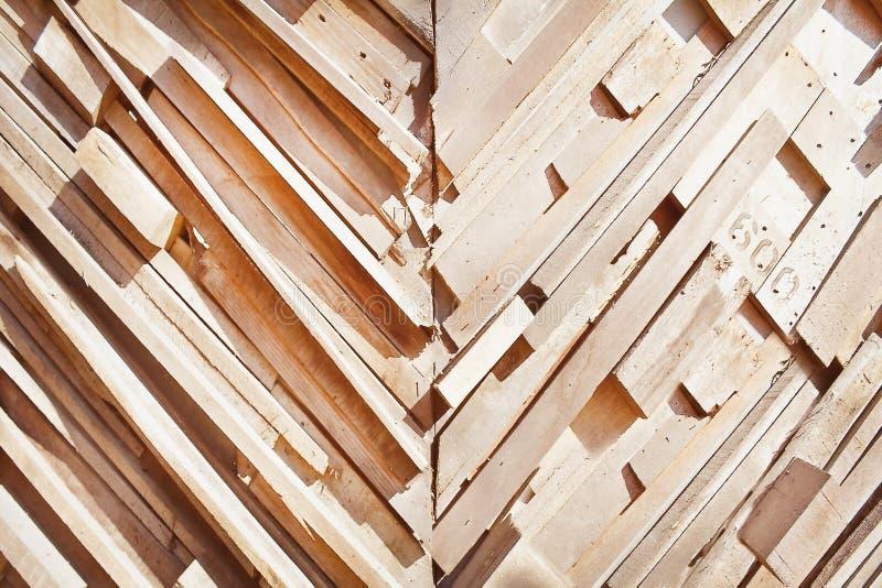 Decoratieve aard in schuin patronenstuk van oude bruine houten textuur met aantal op muurachtergrond stock fotografie