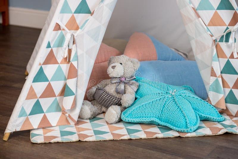 Decoratieve boho stileerde comfortabele hut met decor Wigwam in ruimte, Skandinavische stijl, minimaal huis binnenlands ontwerp t stock foto