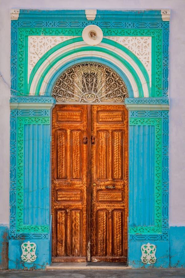 Decoratieve deur in Kairouan, Tunesië stock afbeelding