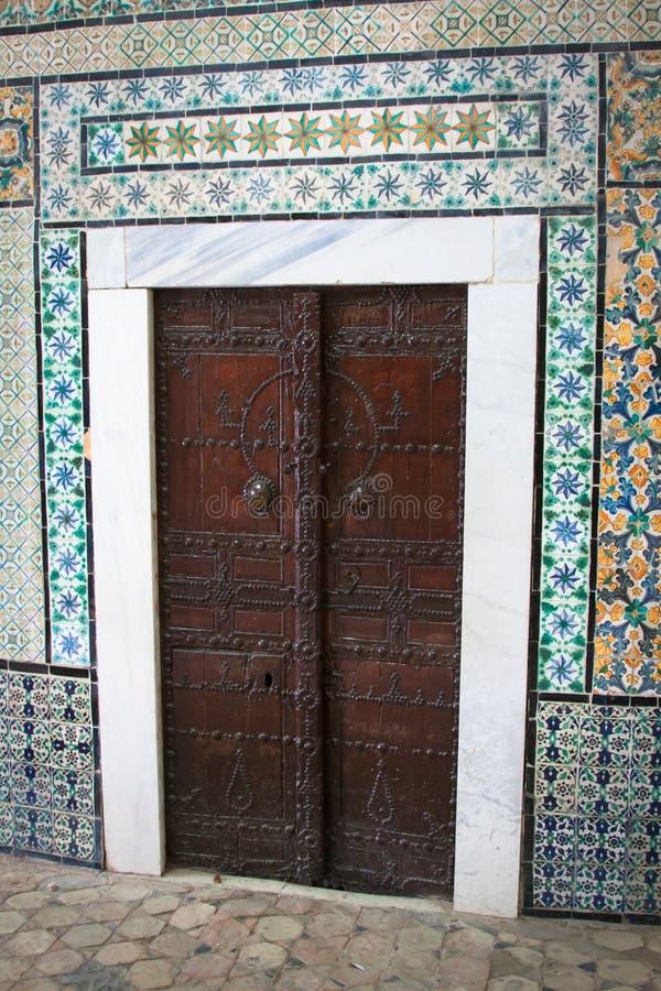 Decoratieve deur in Kairouan, Tunesië stock afbeeldingen