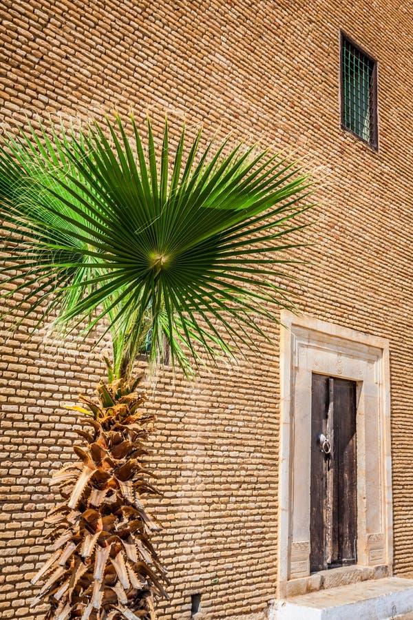 Decoratieve deur in Kairouan, Tunesië royalty-vrije stock foto's