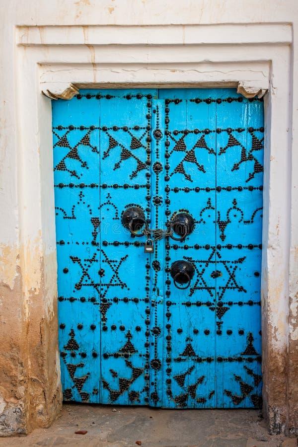 Decoratieve deur in Kairouan, Tunesië stock foto's