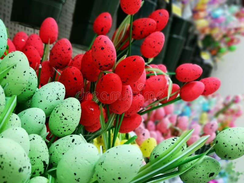 Decoratieve die eieren voor Pasen-viering worden gekleurd royalty-vrije stock afbeeldingen