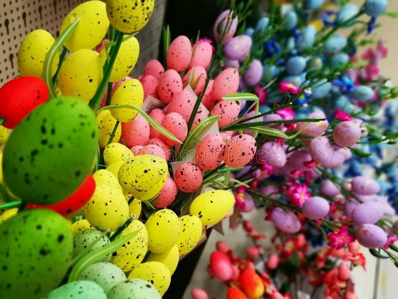 Decoratieve die eieren voor Pasen-viering worden gekleurd stock fotografie