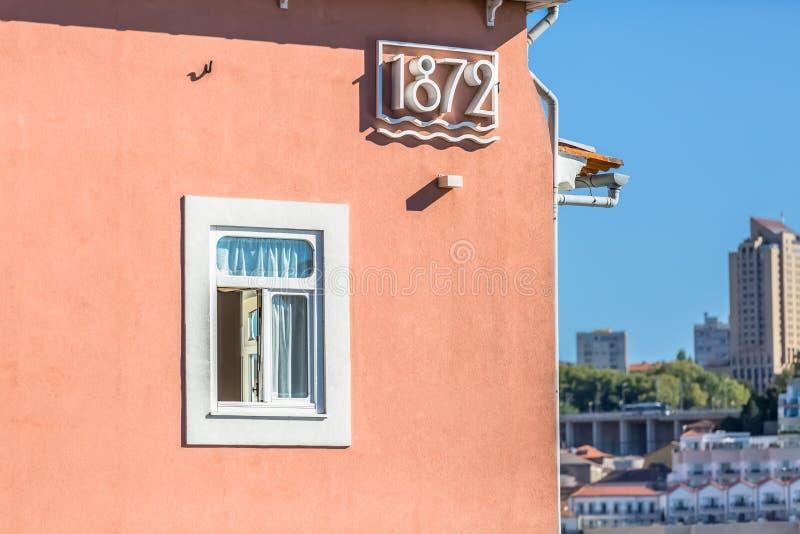 Decoratieve elementenmening over zijvoorgevel van een woningbouw op Porto stock afbeelding