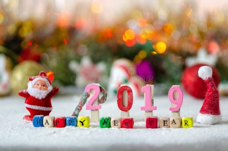 Decoratieve Kerstmis, Nieuwjaarsamenstelling met sneeuw Kleurrijk bericht: Gelukkig nieuw jaar royalty-vrije stock foto's