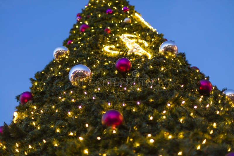 Decoratieve Kerstmis siert snuisterijen op groene altijdgroene takken van een naaldboom bij de Kerstmismarkten in Praag royalty-vrije stock foto