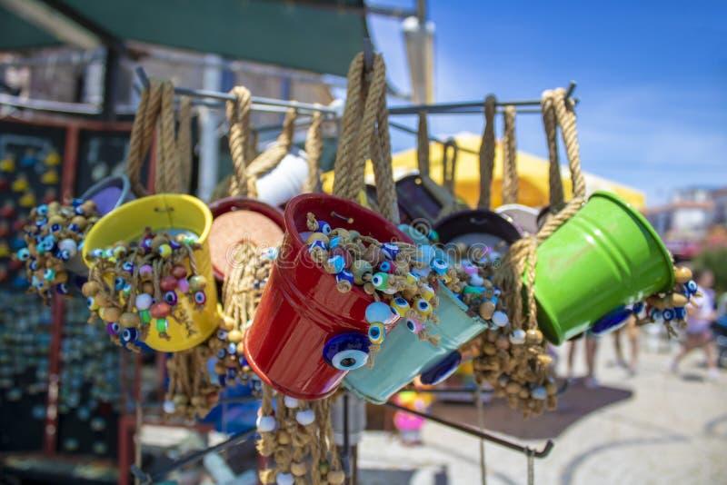 Decoratieve kleurrijke kleine emmers die in de opslag worden verkocht Gele colo royalty-vrije stock fotografie