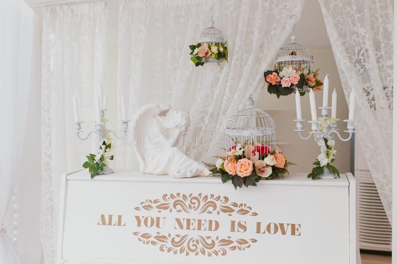 Decoratieve kooi en piano stock afbeelding