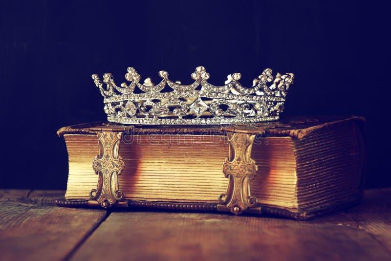 Decoratieve kroon op oud boek Gefiltreerde wijnoogst Selectieve nadruk stock foto's