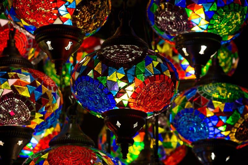Decoratieve kroonluchters in Grote bazaar Istanboel, Turkije royalty-vrije stock afbeelding