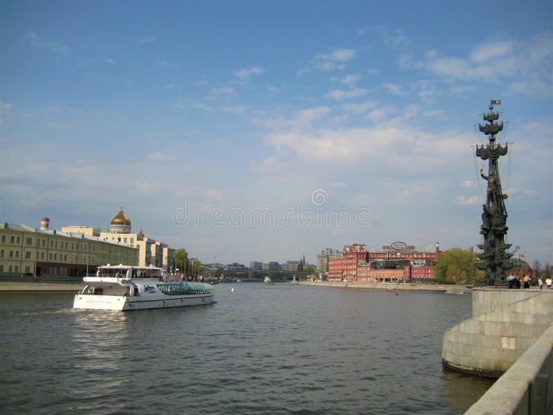decoratieve landschapsachtergrond van rivierperspectief in het stedelijke milieu van de Europese stad van Moskou royalty-vrije stock foto