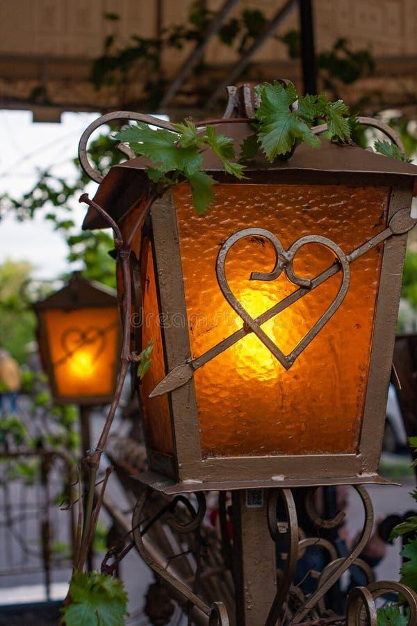 Decoratieve lantaarn voor gazebos en terrassensmeedijzer stock afbeelding