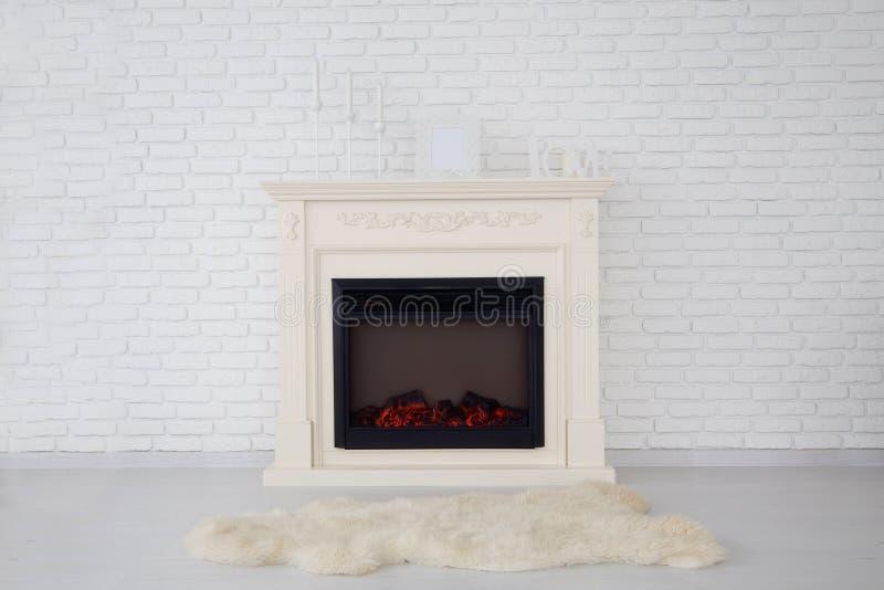 Decoratieve open haard in een lege flat stock foto