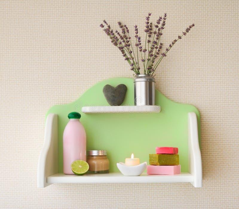 Decoratieve plank met lavendelbloemen in vaas en schoonheidsmiddelen royalty-vrije stock foto's
