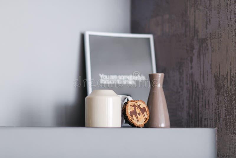 Decoratieve plank op witte muur met het uitstekende houten schilderen, leeg fotokader en vaas op het Zolder binnenlandse details royalty-vrije stock foto