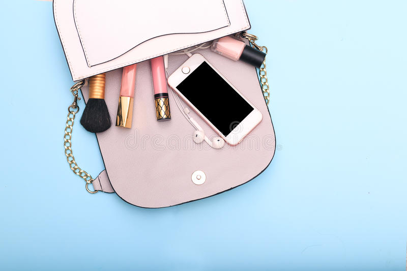 Decoratieve schoonheidsmiddelen en toebehoren voor make-up op blauwe backgrou stock afbeelding