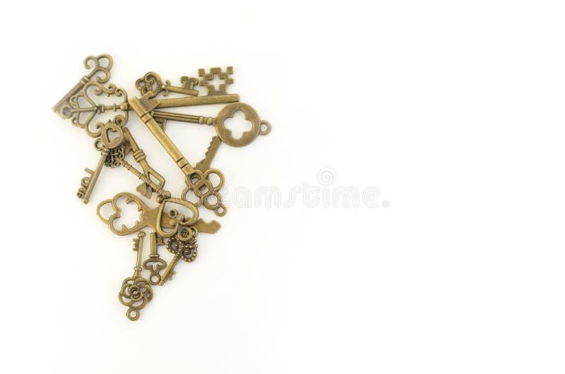 Decoratieve sleutels van verschillende grootte, gestileerde antiquiteit op een witte achtergrond linker stock foto
