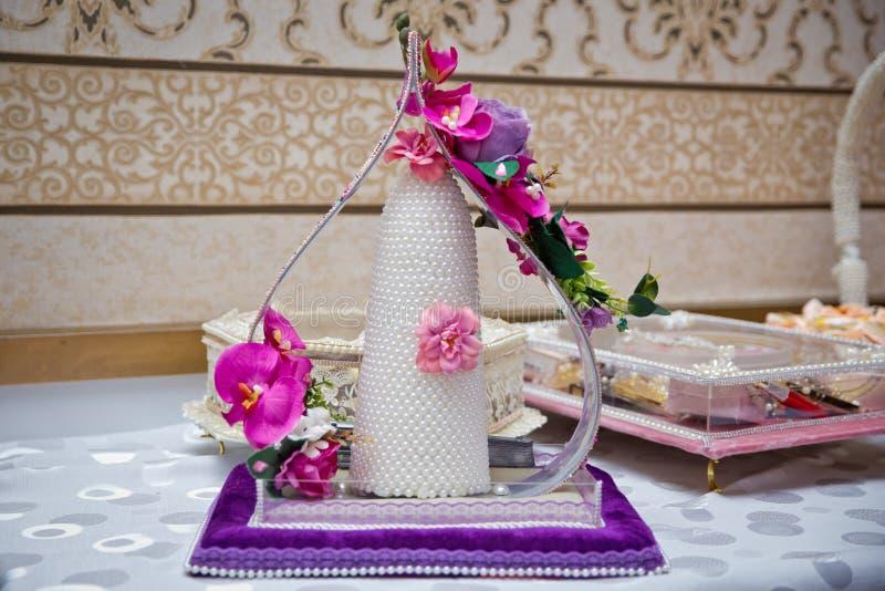 Decoratieve snoepjes voor overeenkomst Suiker voor de overeenkomst Violette en roze bloem royalty-vrije stock afbeelding