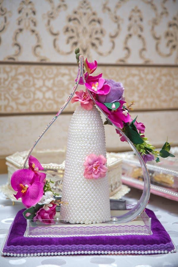 Decoratieve snoepjes voor overeenkomst Suiker voor de overeenkomst Violette en roze bloem stock afbeeldingen