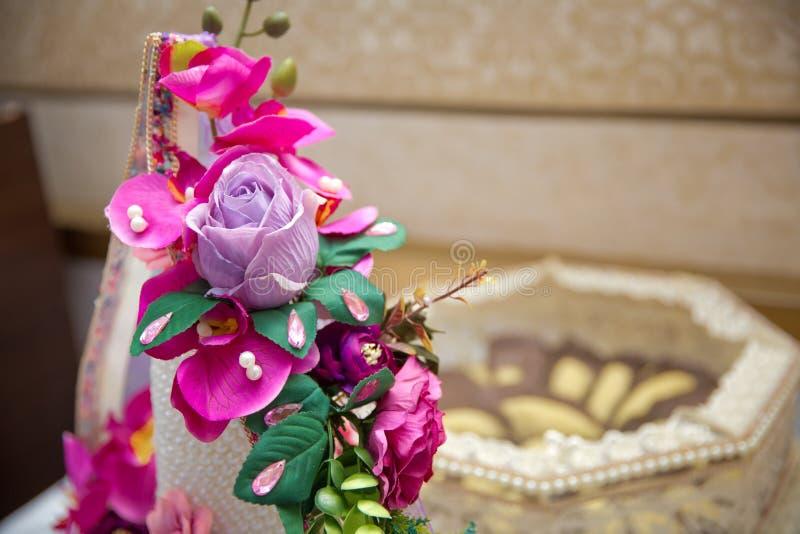 Decoratieve snoepjes voor overeenkomst Suiker voor de overeenkomst Violette en roze bloem stock afbeelding
