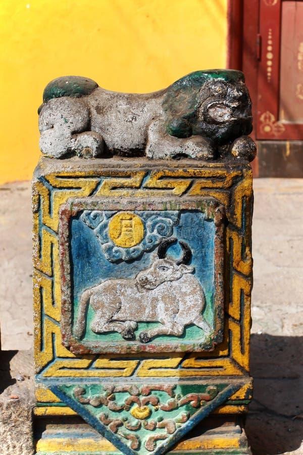 Decoratieve steen met koeien, gekerfd door de ingang van een gebouw in het klooster van Gandan, Ulaanbaatar of Ulan-Bator, Mongol stock foto