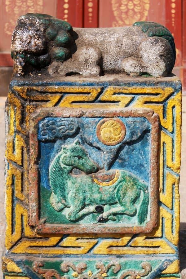 Decoratieve steen met paard en yin yang bij de ingang van een gebouw in het klooster van Gandan, Ulaanbaatar of Ulaan-Bator, Mong royalty-vrije stock afbeeldingen