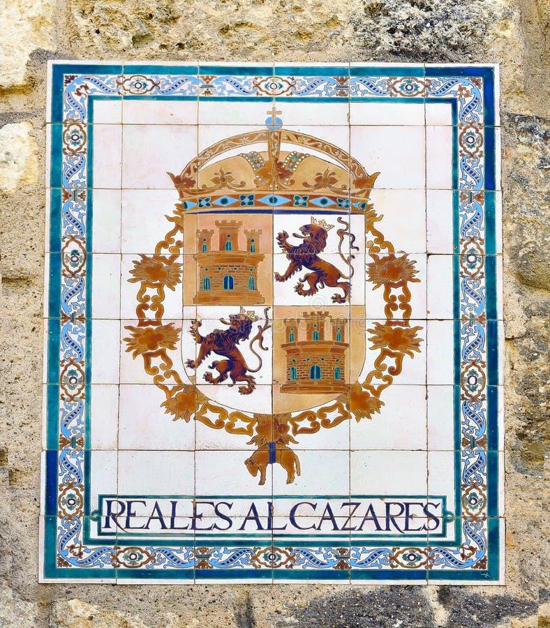 Decoratieve tegel met koninklijk wapenschild alcazar in Sevilla royalty-vrije stock fotografie