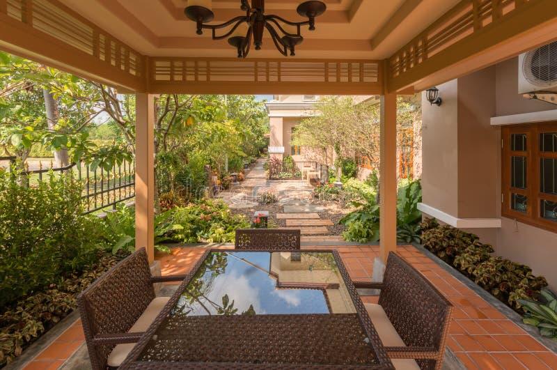Decoratieve tuin rond het huis stock fotografie