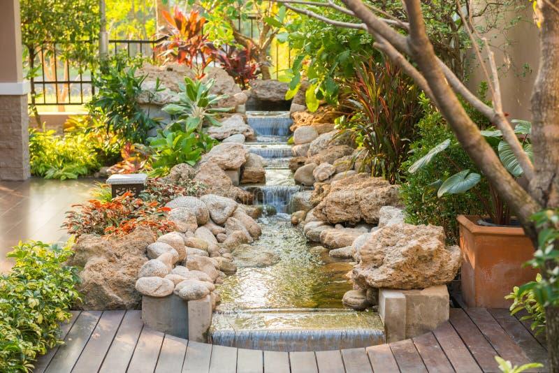 Decoratieve tuin rond het huis royalty-vrije stock foto