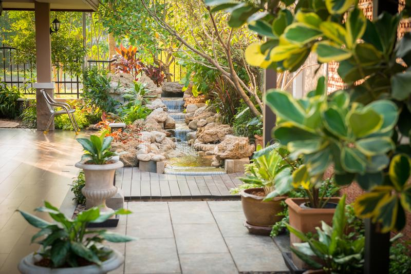 Decoratieve tuin rond het huis stock foto's