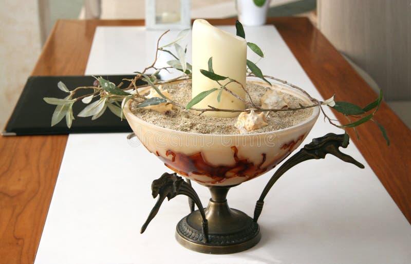 Decoratieve vaas met een kaars en een twijg van olijf royalty-vrije stock afbeeldingen