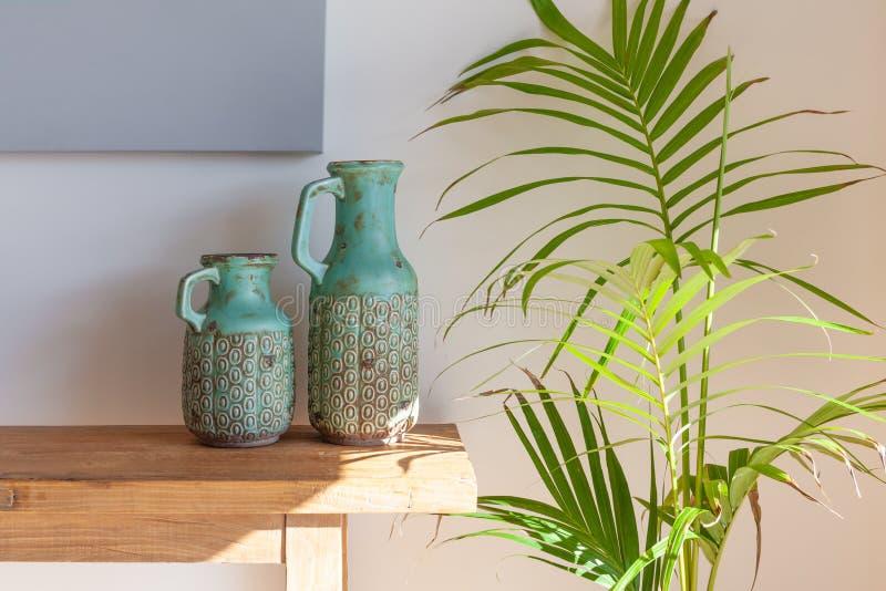 Decoratieve vazen op houten lijst royalty-vrije stock foto's