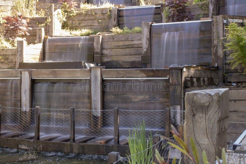 Decoratieve waterval die van hoogte stromen royalty-vrije stock fotografie