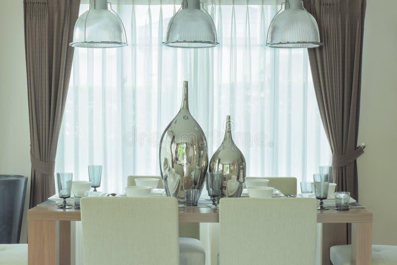 Decoratieve zilveren kruiken op centrum van eettafel in for Decoratie op eettafel