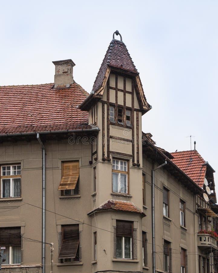 Decoratieve zolder op een woningbouw op de Cetatii-straat in een regenachtige dag Sibiu stad in Roemenië stock afbeelding