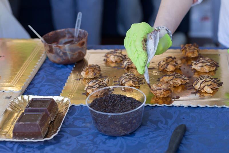 Decorating Crispy Cookies met Chocolate Cream: Voedselthema royalty-vrije stock afbeelding