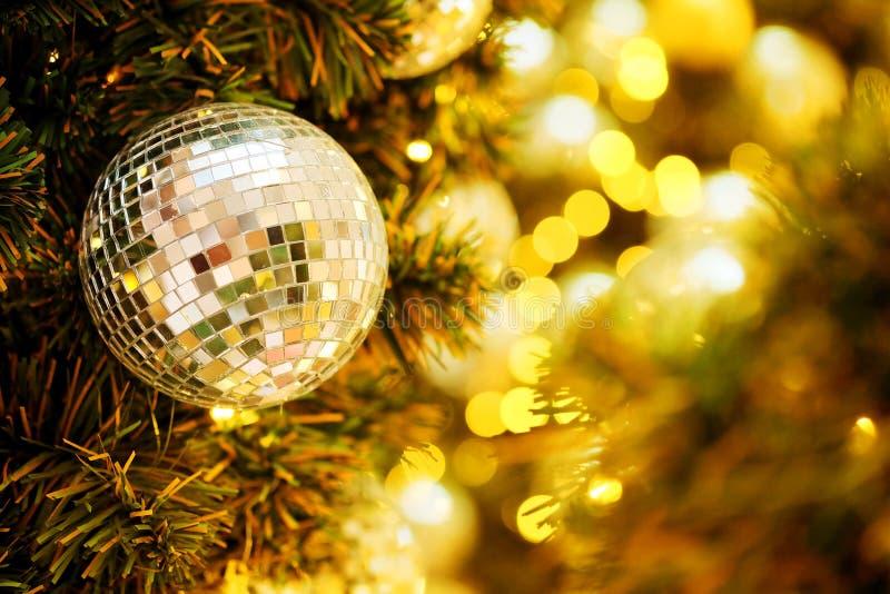 Decorativo con la palla dello specchio o la palla di Natale per il Buon Natale ed i buoni anni di festival con il fondo del bokeh immagini stock libere da diritti