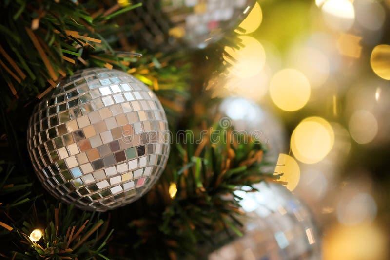 Decorativo con la palla dello specchio o la palla di Natale per il Buon Natale ed i buoni anni di festival con il fondo del bokeh fotografie stock libere da diritti