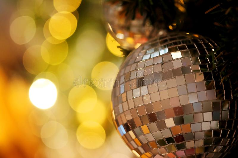Decorativo con la palla dello specchio o la palla di Natale per il Buon Natale ed i buoni anni di festival con il fondo del bokeh immagine stock libera da diritti
